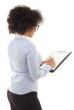 Hintere Ansicht der jungen schönen Afroamerikanerfrau, die einiges schreibt Lizenzfreie Stockfotos