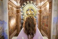 Hintere Ansicht der Jungfrau in der Kirche mit dem Haar Stockfotografie