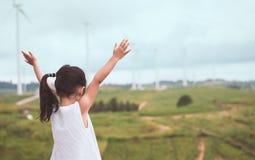 Hintere Ansicht der kleinen asiatischen Kindermädchenerhöhung ihre Arme lizenzfreie stockbilder