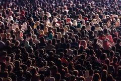 Hintere Ansicht der Leutezusammenfassungshintergrund-Unschärfebewegung Stockfotografie