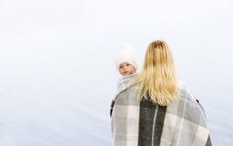 Hintere Ansicht der Mutter mit dem netten Baby, das über Schulter schaut Lizenzfreie Stockfotos