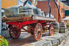 Hintere Ansicht der Nahaufnahme der klassischen Pferdekutsche der Weinlese lud mit hölzernen Fässern Stockfotografie