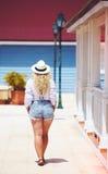 Hintere Ansicht der Plusgrößenfrau, die auf karibische Straße geht Stockfotografie
