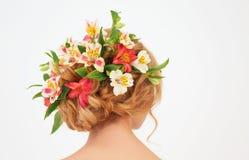 Hintere Ansicht der schönen weiblichen Frisur mit Blumen stockbilder