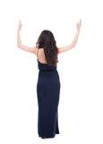 Hintere Ansicht der Schönheit im Kleid, das Wand und Griffe betrachtet Lizenzfreie Stockbilder