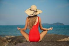 Hintere Ansicht der sexy Frau im roten Bikini und im Hut Lizenzfreies Stockbild