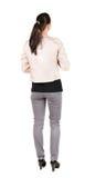 Hintere Ansicht der Stellung der jungen schönen Brunettefrau Lizenzfreie Stockfotos