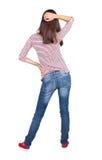 Hintere Ansicht der Stellung der jungen schönen Brunettefrau Stockfoto