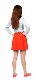 Hintere Ansicht der Stellung der jungen Schönheit im Kleid Lizenzfreie Stockfotos
