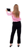 Hintere Ansicht der Stellung des jungen schönen Mädchens mit Tablet-Computer Stockfoto