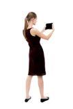 Hintere Ansicht der Stellung des jungen schönen Mädchens mit Tablet-Computer Stockbild