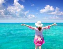 Hintere Ansicht der Strandhutfrau in Formentera Stockfotos