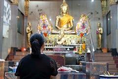 Hintere Ansicht der thailändischen Frau betend zu Buddha im Tempel lizenzfreies stockbild