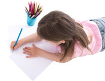 Hintere Ansicht der Zeichnung des kleinen Mädchens mit den bunten Bleistiften lokalisiert Stockfotos