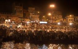 Hintere Ansicht der Zuschauer nachts Puja Lizenzfreies Stockbild