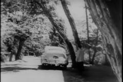 Hintere Ansicht des aufpassenden Autos des Mannes fahren weg auf Landstraße stock video