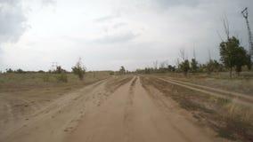 Hintere Ansicht des Autofahrens entlang einen ländlichen Schotterweg stock video