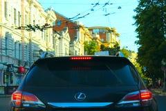 Hintere Ansicht des Autos Lexus beim Fahren in Kharkov Lizenzfreie Stockfotos