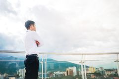 Hintere Ansicht des Erfolg Geschäftsmannes, der Ansicht die Stadt schaut Stockfoto