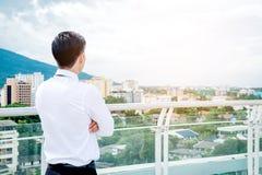 Hintere Ansicht des Erfolg Geschäftsmannes, der Ansicht die Stadt schaut Stockbilder
