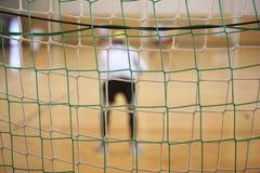 Hintere Ansicht des futsal Torhüters mit Netz von Toren Stockbild
