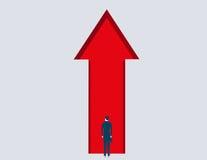 Hintere Ansicht des Geschäftsmannes innerhalb des abstrakten roten Pfeiles Stockbild
