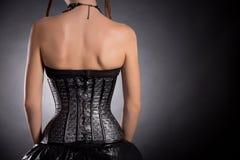 Hintere Ansicht des gotischen Mädchens im silbernen Lederkorsett Lizenzfreies Stockfoto