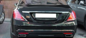 Hintere Ansicht des großen teuren Limousineluxusautokofferraumes Schwarzes gefärbt LED-Rotrücklichter Leeres Kfz-Kennzeichen mit  Lizenzfreies Stockbild