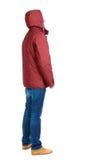 Hintere Ansicht des gutaussehenden Mannes in der Winterjacke, die oben schaut Lizenzfreie Stockfotografie