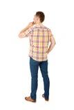 Hintere Ansicht des gutaussehenden Mannes im gelben Hemd Stockbild