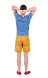 Hintere Ansicht des jungen Schauens manin kurzer Hosen Stockfoto