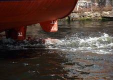 Hintere Ansicht des Küstenmotorschiffs mit Triebwerklauf Lizenzfreie Stockfotografie