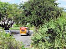 Hintere Ansicht des KrankenwagenLöschfahrzeugs in Florida lizenzfreie stockbilder