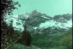 Hintere Ansicht des Mädchens und des älteren Mannes, die Berge betrachten stock video footage