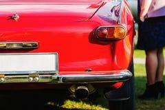 Hintere Ansicht des roten Autos Stockfoto