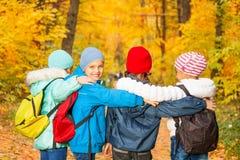 Hintere Ansicht des Schulkindreihen-Stellungsabschlusses Stockfotos