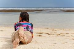Hintere Ansicht des sexy Mädchens liegt auf einem Strand des weißen Sandes lizenzfreies stockfoto