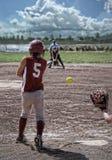 Hintere Ansicht des Softballspielers, nachdem Schläger geschwungen worden ist lizenzfreies stockbild