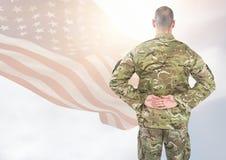 Hintere Ansicht des Soldaten vor weißem Hintergrund mit amerikanischer Flagge Stockfoto