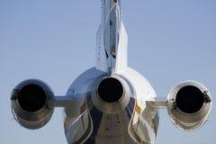 Hintere Ansicht des Strahlenflugzeuges Stockfotos