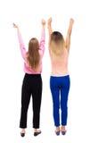Hintere Ansicht des Tanzens mit zwei jungen Frauen Stockbilder