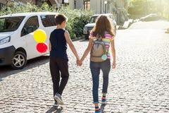 Hintere Ansicht des Teenagerhändchenhaltens Freundschaft, erste Liebe Stockfotos