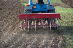 Hintere Ansicht des Traktors mit Pflug Lizenzfreie Stockfotos