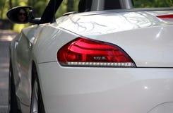 Hintere Ansicht des weißen modernen Autos Stockbild