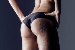 Hintere Ansicht des weiblichen Athleten, ausgebildete Hinterteile Stockbild