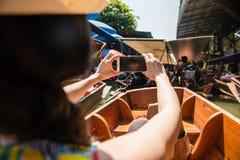 Hintere Ansicht des weiblichen Reisenden sitzend auf Flussboot Lizenzfreie Stockfotografie