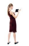 Hintere Ansicht des Zeigens des jungen schönen Mädchens mit Tablet-Computer Stockfotos