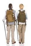 Hintere Ansicht, die Paare wandert Lizenzfreies Stockfoto