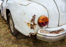 Hintere Ansicht einer alten Autonahaufnahme Lizenzfreies Stockbild