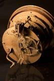 Hintere Ansicht einer alten Uhr, welche die Innere zeigt Lizenzfreies Stockfoto